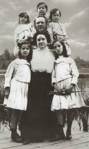 Федор Шаляпин с первой женой Иолой Торнаги и детьми.