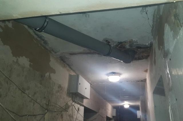 Воды было столько, что в подъезде на потолке вымыло штукатурку