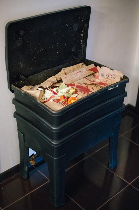 Вермикомпостер для переработки отходов.