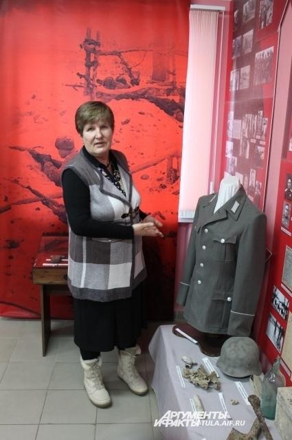 Жительница села Гранки Людмила Поссен и найденный ею немецкий китель, который использовался как