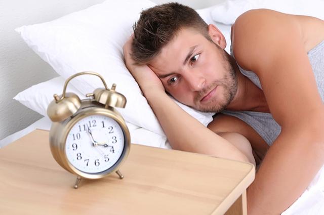 Врачи не советуют устраивать перерывы на дневной сон или спать дольше обычного