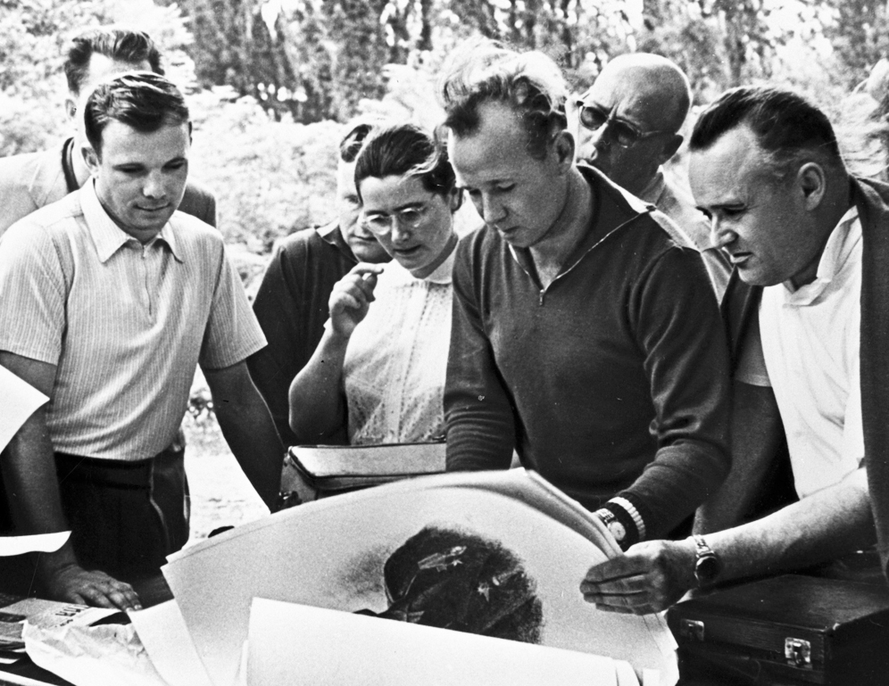 Сергей Королёв (справа) и Юрий Гагарин с супругой и товарищами рассматривают портреты первого космонавта мира, 1961 г.\b