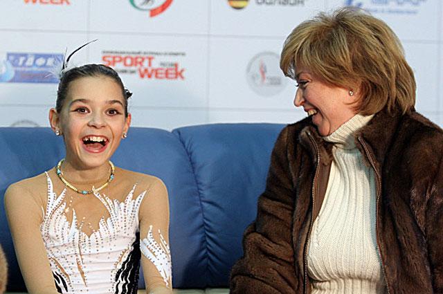 Аделина Сотникова, занявшая 1-е место на Чемпионате России по фигурному катанию, и её тренер Елена Водорезова. 2008 год