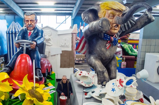 Вместе с президентом Турции Эрдоганом (кукла на фото слева) президент Дональд Трамп стал любимым персонажем карнавальных шествий в Западной Европе.
