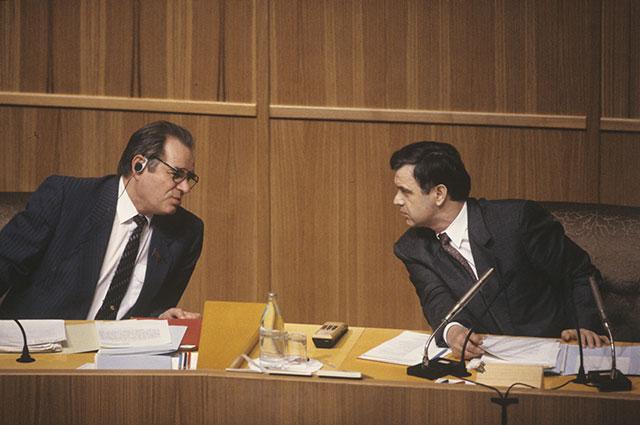 Председатель Верховного Совета РФ Руслан Хасбулатов (справа) и заместитель председателя Верховного Совета РФ Юрий Воронин, 1993 г.