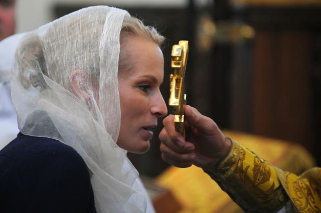 Ирина Абрамович во время церемонии передачи частиц мощей великой княгини Елизаветы Федоровны Романовой Марфо-Мариинской обители. 2009 г.
