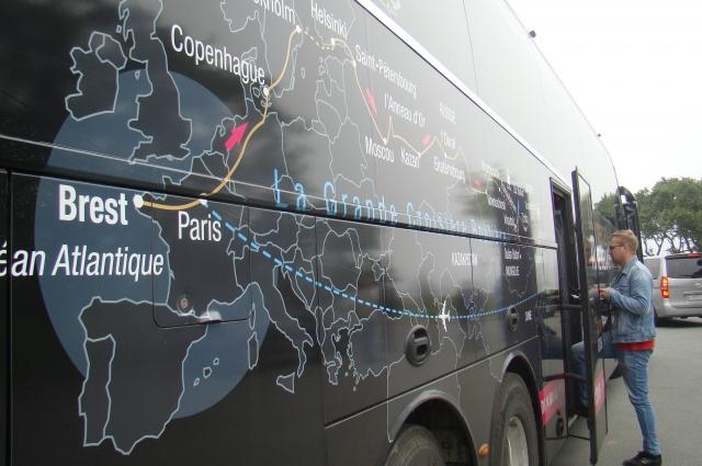 Туристы из Парижа добрались во Владивосток автобусом.