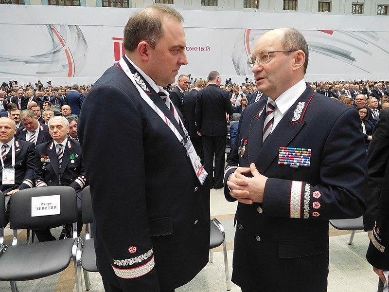 Дмитрий Пегов и Александр Мишарин (справа) на Съезде железнодорожников 29 ноября 2017 года.