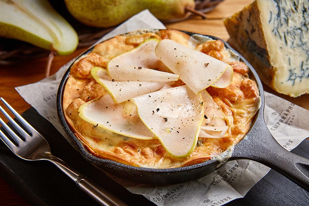 Блинная лазанья «Четыре сыра с грушей»
