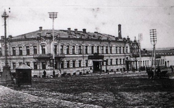 В этом здании в 1918 году (ул. Малышева, 68) располагалась первая в Екатеринбурге «чрезвычайка».