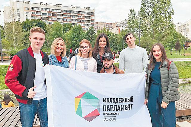 Председатель Молодёжной палаты района Северное Бутово (первый слева) с коллегами по Молодёжному парламенту Москвы.