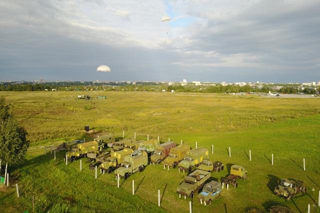 У ДОСААФ есть спортивный лётный клуб в районе Семязино. Там совершают парашютные прыжки, клуб участвует во многих городских мероприятиях. Здесь всегда много желающих научиться прыжкам с парашютом.