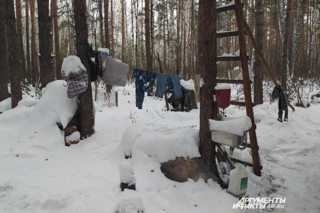 Сергей и его спутница приспособились стирать в лесу.