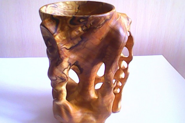 Неправильное переплетение древесных волокон - секрет неповторимой красоты и уникальности изделий из сувеля.