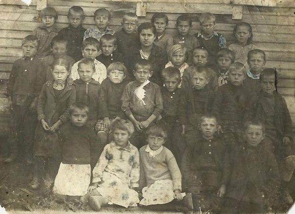 Когда началась война, Анне Колосок (на фото третья слева во втором сверху ряду) было 11 лет
