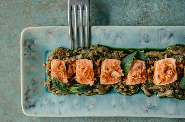 Татаки из лосося с баклажаном