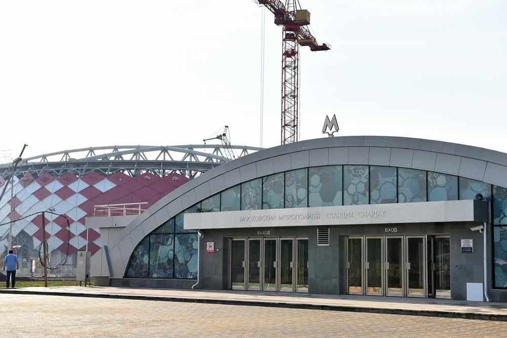 Наземная часть станции выполнена в едином цветовом решении со стадионом Открытие Арена