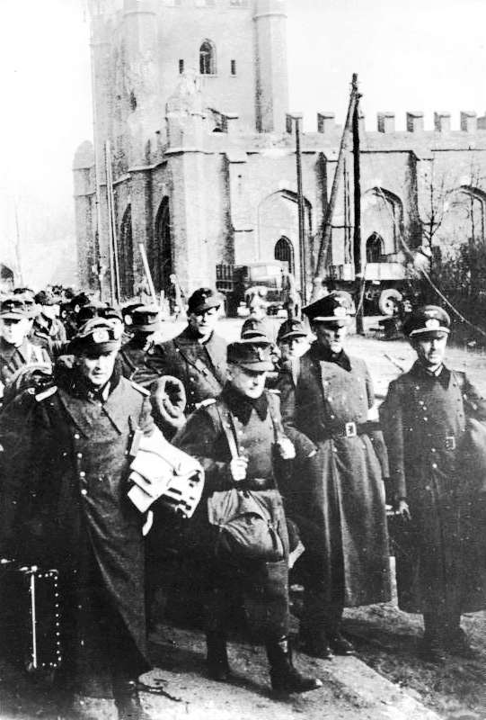 Пленные немецкие солдаты и офицеры у Королевских ворот Кёнигсберга