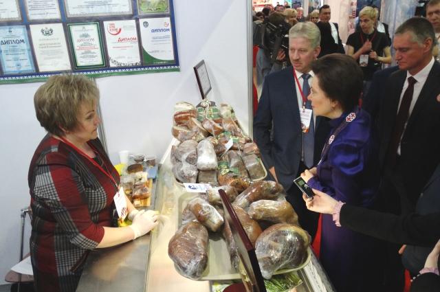 Губернатор возле стенда предприятия Сергея Веретельникова.