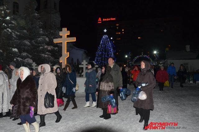 Десятки тысяч оренбуржцев приходят в ночь на Крещение в храмы за святой водой.