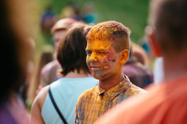 Фестиваль красок в День города.