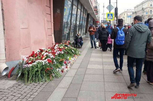 У станции питерского метро «Технологический институт», поблизости с которой накануне прогремел взрыв, сегодня организовались стихийные мемориалы. Люди приносят цветы, останавливаются, чтобы помолчать.