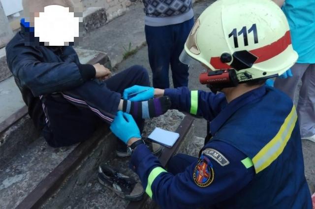 Спасатели оказали первую помощь и передали пострадавших медикам.
