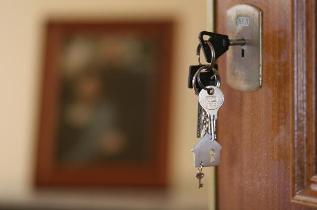 Первоначальный взнос банки, как правило, вычисляют от размера кредита. На дома он составляет 25%, а на квартиры 15%.