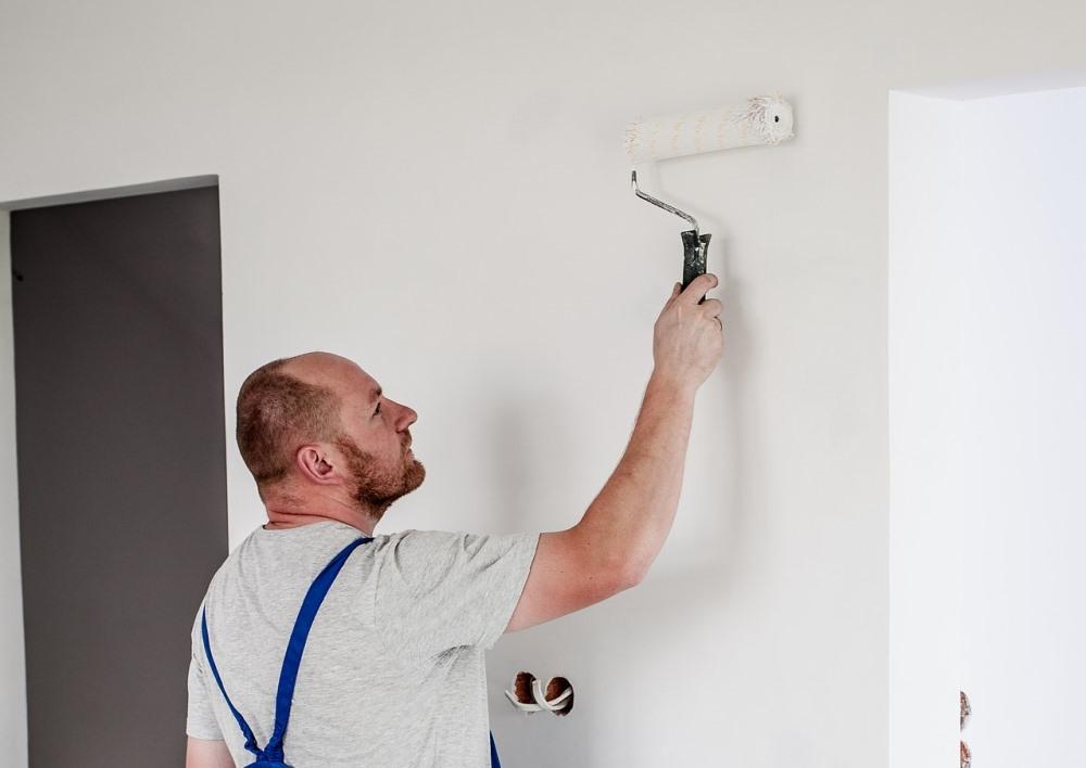 Иногда при покраске стен строители экономят или пренебрегают технологией, и свежий ремонт быстро приходит в негодность.