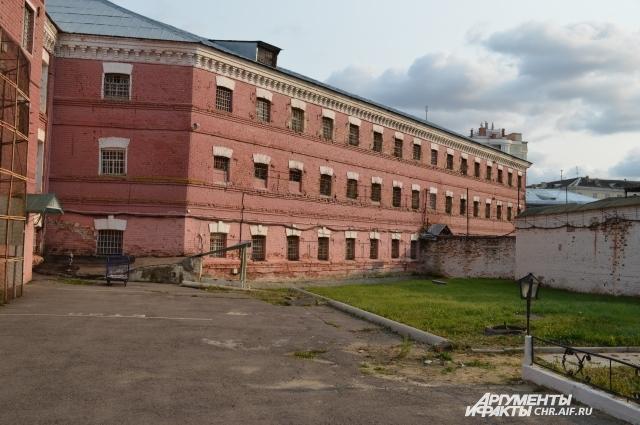 Здание СИЗО было разрушено во время войны, а затем восстановлено по старым проектам.