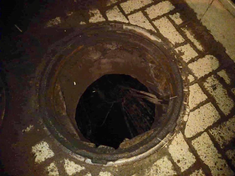 В результате вырвало канализационный люк, который разбил витрину аптеки.