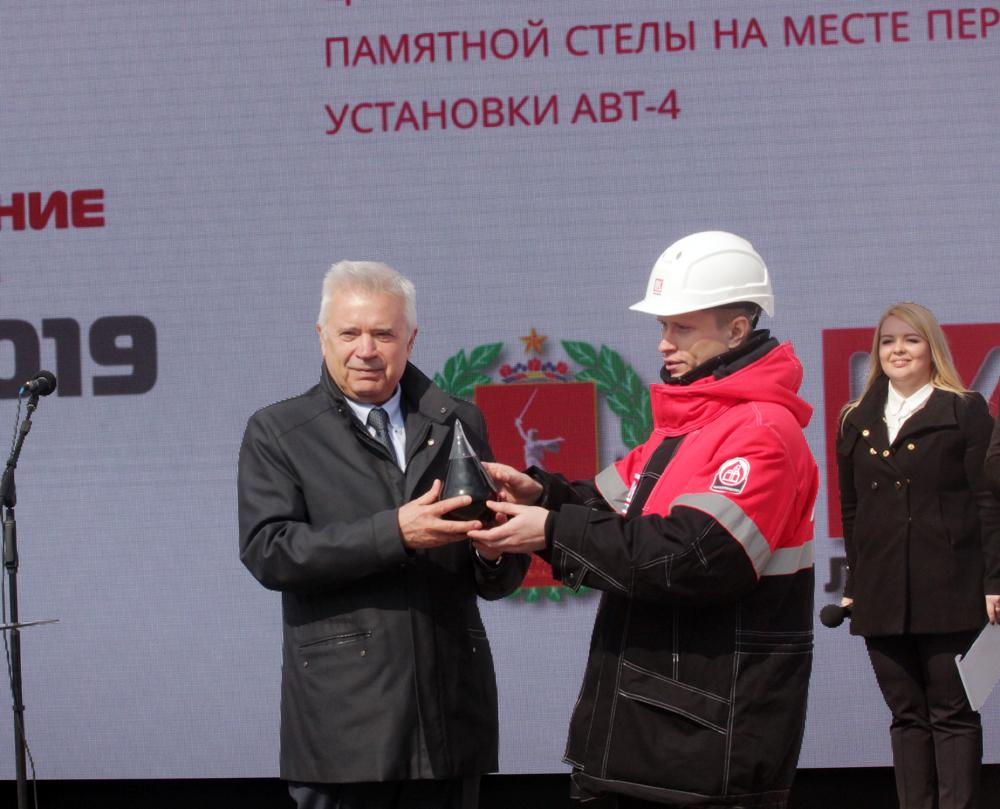 Вагит Алекперов заложил капсулу с нефтью в основание стелы.
