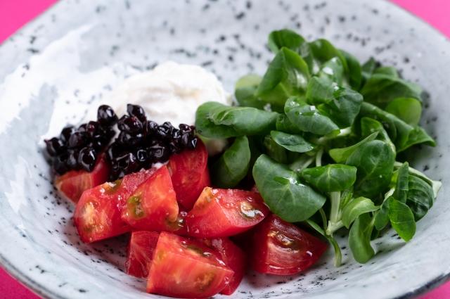 Салат с томатами, страчателлой и смородиной