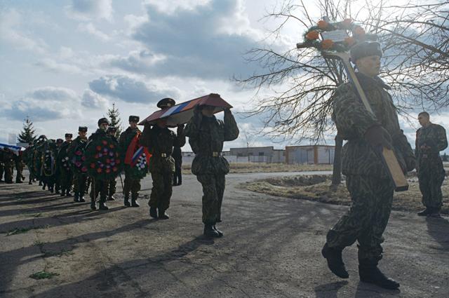 Похороны воинов-десантников 104-го парашютно-десантного полка 76-й гвардейской Псковской дивизии, погибших в тяжелом кровопролитном бою с чеченскими боевиками в Аргунском ущелье в ночь с 29 февраля по 1 марта 2000 года.