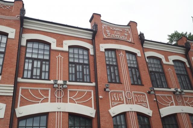 Бывшее частное ремесленное училище с литейной мастерской. Тюмень, ул. Осипенко, 2 - Дзержинского, 7.