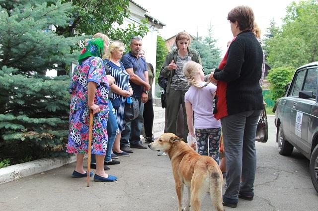 Анна Сорока с пострадавшими земляками, которые живут на линии разграничения.