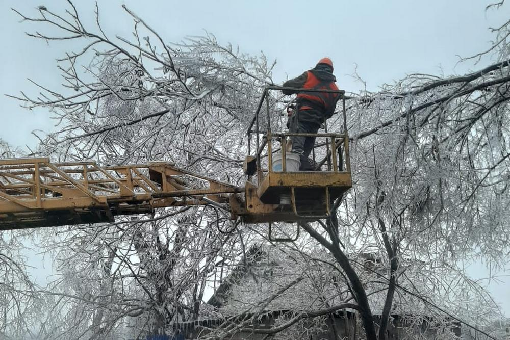 Энергетики пытаются чинить сети.