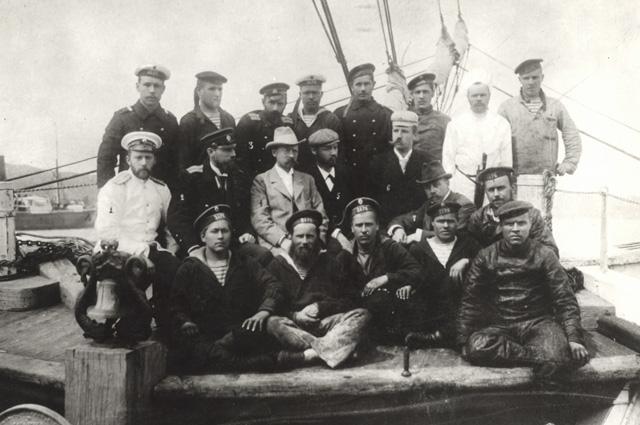 Участники экспедиции Толля на борту шхуны Заря . В верхнем ряду: третий слева над Толлем Колчак