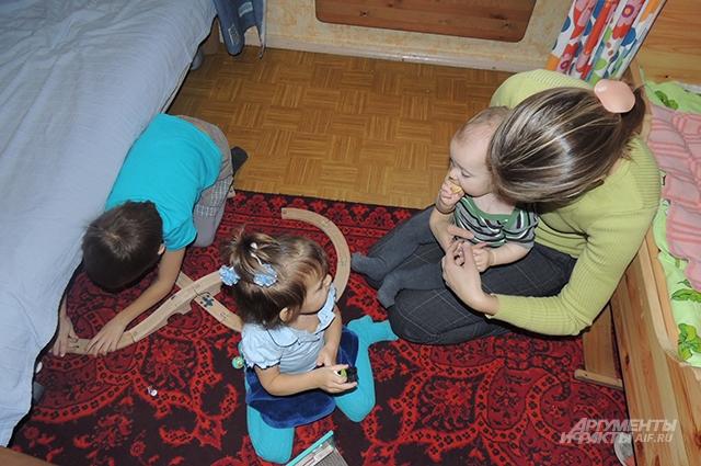 Няня Лена со своими подопечными