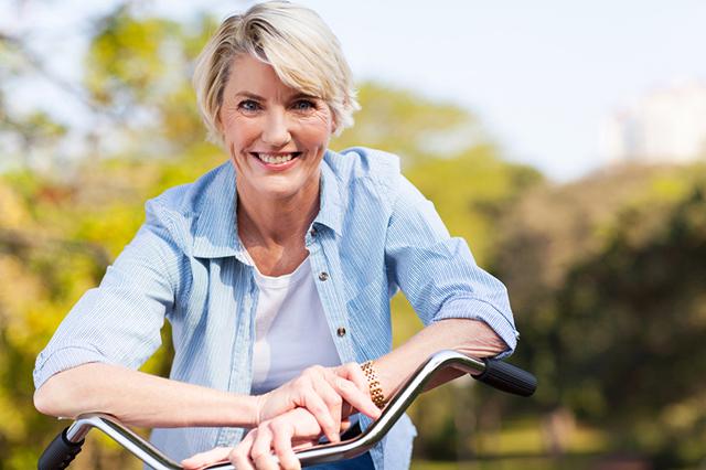 Красивая женщина на велосипеде