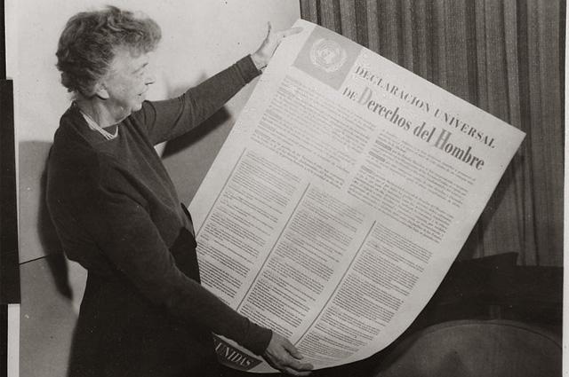 Элеонора Рузвельт с испанской версией декларации прав человека