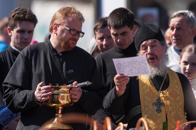 Настоятель храма, архимандрит Иринарх и пономарь, депутат ЗАКСа Виталий Милонов. 2013 год.