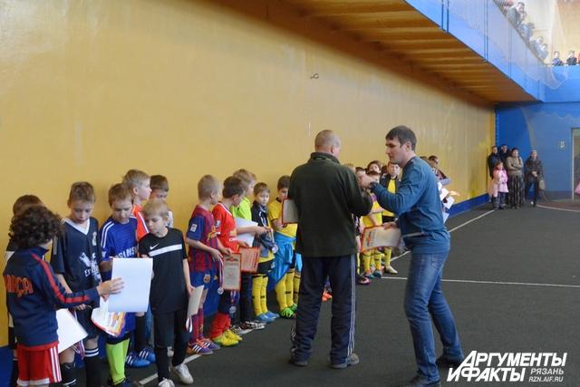 Награждение юных рязанских футболистов по итогам городского турнира.