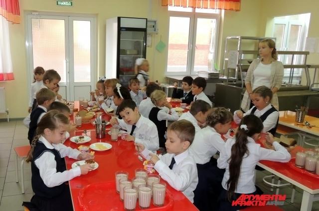 В каждом из четырех зданий школы есть своя столовая, но пищу для них готовят на одной кухне.