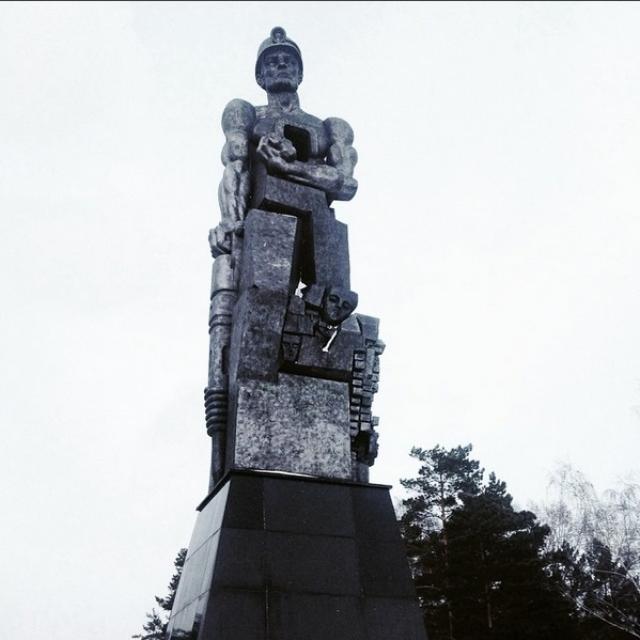 Надпись на монументе: «ПАМЯТЬ ШАХТЕРАМ КУЗБАССА»