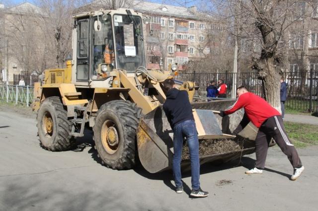Трудовой десант химзаводчан традиционно участвует в городских субботниках