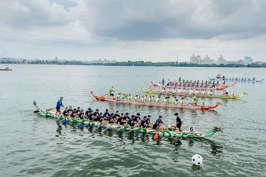 Всего на воду вышли 16 команд - по 20 гребцов в каждой.
