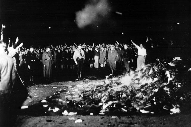 Сожжение нацистами книг на Оперной площади в Берлине 10 мая 1933 года.