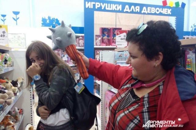 По мнению психологов, дети бегут за игрушками от нехватки внимания.