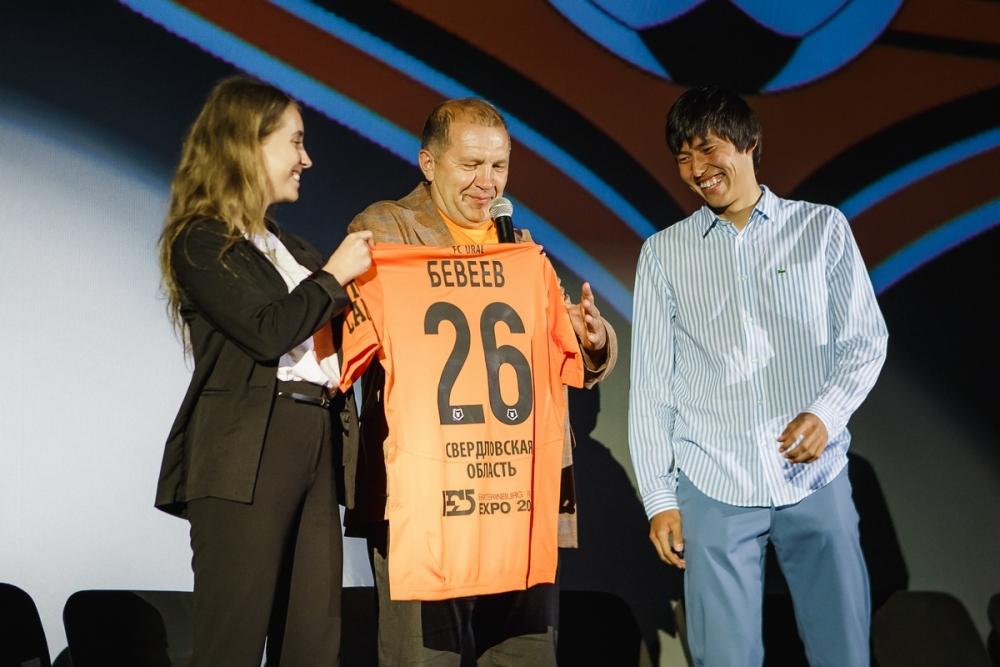 Президент клуба Григорий Иванов вручил игрокам новую форму